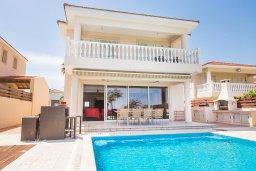 Фасад дома. Кипр, Каппарис : Роскошная вилла в 50 метрах от пляжа с бассейном и зеленой территорией, 5 спален, 5 ванных комнат, барбекю, парковка, Wi-Fi