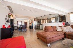 Гостиная. Кипр, Каппарис : Роскошная вилла в 50 метрах от пляжа с бассейном и зеленой территорией, 5 спален, 5 ванных комнат, барбекю, парковка, Wi-Fi