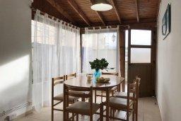 Обеденная зона. Кипр, Ларнака город : Апартамент с гостиной, тремя спальнями и террасой