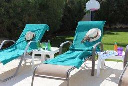 Зона отдыха у бассейна. Кипр, Пернера Тринити : Прекрасная вилла с бассейном и зеленым двориком с барбекю, 3 спальни, парковка, Wi-Fi