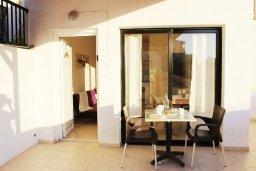 Балкон. Кипр, Центр Айя Напы : Апартамент с гостиной, отдельной спальней и балконом