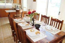 Обеденная зона. Кипр, Пернера Тринити : Прекрасная вилла с бассейном и двориком с барбекю, 3 спальни, парковка, Wi-Fi