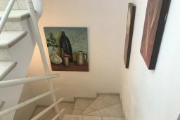 Лестница наверх. Кипр, Паралимни : Двухэтажный таунхаус в комплексе с бассейном, 3 спальни, 2 ванные комнаты, парковка, Wi-Fi
