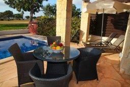 Патио. Кипр, Афродита Хиллз : Прекрасная вилла с бассейном и зеленым двориком, 2 спальни, парковка, Wi-Fi