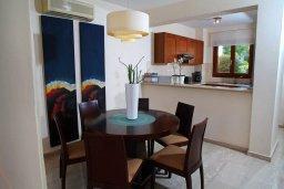 Обеденная зона. Кипр, Афродита Хиллз : Прекрасная вилла с бассейном и зеленым двориком, 2 спальни, парковка, Wi-Fi