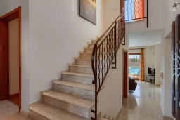 Лестница наверх. Кипр, Афродита Хиллз : Прекрасная вилла с бассейном и зеленым двориком, 2 спальни, парковка, Wi-Fi