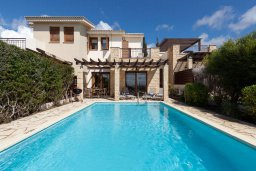 Фасад дома. Кипр, Афродита Хиллз : Прекрасная вилла с бассейном и зеленым двориком, 2 спальни, парковка, Wi-Fi