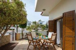 Обеденная зона. Кипр, Коннос Бэй : Уютная вилла с зеленым двориком и барбекю, 2 спальни, парковка, Wi-Fi