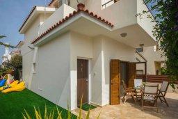 Фасад дома. Кипр, Коннос Бэй : Уютная вилла с зеленым двориком и барбекю, 2 спальни, парковка, Wi-Fi
