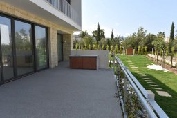 Терраса. Кипр, Лачи : Роскошная современная вилла в 100 метрах от пляжа с бассейном и зеленым двориком, 4 спальни, 3 ванные комнаты, барбекю, парковка, Wi-Fi