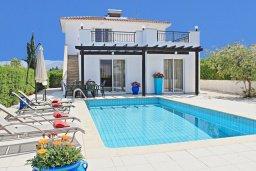 Фасад дома. Кипр, Аргака : Очаровательная вилла с потрясающим видом на море, с 3-мя спальнями, бассейном, в окружение зелёного сада, патио и барбекю, расположена в 50 метрах от пляжа