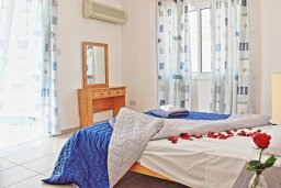 Спальня. Кипр, Аргака : Очаровательная вилла с потрясающим видом на море, с 3-мя спальнями, бассейном, в окружение зелёного сада, патио и барбекю, расположена в 50 метрах от пляжа