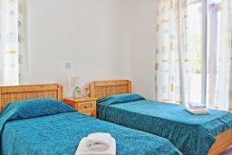 Спальня 3. Кипр, Аргака : Очаровательная вилла с потрясающим видом на море, с 3-мя спальнями, бассейном, в окружение зелёного сада, патио и барбекю, расположена в 50 метрах от пляжа