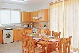 Кухня. Кипр, Аргака : Очаровательная вилла с потрясающим видом на море, с 3-мя спальнями, бассейном, в окружение зелёного сада, патио и барбекю, расположена в 50 метрах от пляжа