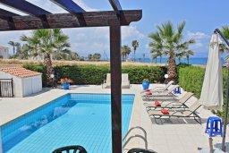 Бассейн. Кипр, Аргака : Очаровательная вилла с потрясающим видом на море, с 3-мя спальнями, бассейном, в окружение зелёного сада, патио и барбекю, расположена в 50 метрах от пляжа