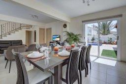 Обеденная зона. Кипр, Нисси Бич : Прекрасная вилла с бассейном и зеленым двориком с барбекю, 4 спальни, 2 ванные комнаты, патио, парковка, Wi-Fi