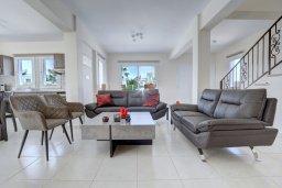 Гостиная. Кипр, Нисси Бич : Прекрасная вилла с бассейном и зеленым двориком с барбекю, 4 спальни, 2 ванные комнаты, патио, парковка, Wi-Fi