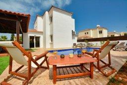 Территория. Кипр, Нисси Бич : Прекрасная вилла с бассейном и зеленым двориком с барбекю, 4 спальни, 2 ванные комнаты, патио, парковка, Wi-Fi