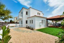 Фасад дома. Кипр, Нисси Бич : Прекрасная вилла с бассейном и зеленым двориком с барбекю, 4 спальни, 2 ванные комнаты, патио, парковка, Wi-Fi