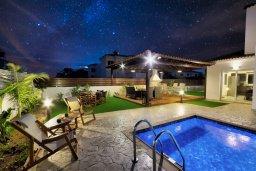 Территория. Кипр, Нисси Бич : Прекрасная вилла с бассейном и зеленым двориком с барбекю, 4 спальни, 3 ванные комнаты, патио, парковка, Wi-Fi