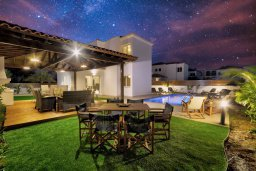 Обеденная зона. Кипр, Нисси Бич : Прекрасная вилла с бассейном и зеленым двориком с барбекю, 4 спальни, 3 ванные комнаты, патио, парковка, Wi-Fi
