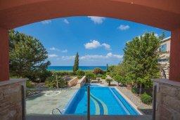 Территория. Кипр, Лачи : Современная вилла в 50 метрах от пляжа с бассейном и зеленым двориком, 5 спален, сауна, парковка, Wi-Fi