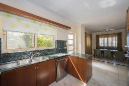 Кухня. Кипр, Лачи : Современная вилла в 50 метрах от пляжа с бассейном и зеленым двориком, 5 спален, сауна, парковка, Wi-Fi