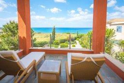 Балкон. Кипр, Лачи : Современная вилла в 50 метрах от пляжа с бассейном и зеленым двориком, 5 спален, сауна, парковка, Wi-Fi