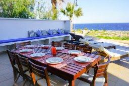 Обеденная зона. Кипр, Коннос Бэй : Современная вилла с патио и видом на море, 5 спален, 5 ванных комнат, парковка, Wi-Fi
