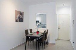 Обеденная зона. Кипр, Центр Лимассола : Апартамент с гостиной, двумя спальнями и балконом