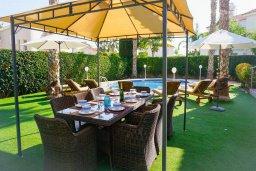 Обеденная зона. Кипр, Корал Бэй : Прекрасная вилла с бассейном и зеленым двориком с барбекю, 4 спальни, 2 ванные комнаты, парковка, Wi-Fi