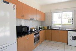 Кухня. Кипр, Корал Бэй : Прекрасная вилла с бассейном и зеленым двориком с барбекю, 4 спальни, 2 ванные комнаты, парковка, Wi-Fi