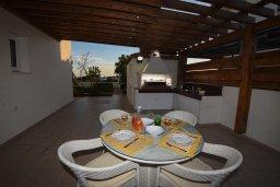 Терраса. Кипр, Центр Айя Напы : Уютная вилла с зеленым двориком и барбекю, 3 спальни, 3 ванные комнаты, парковка, Wi-Fi