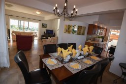 Обеденная зона. Кипр, Центр Айя Напы : Уютная вилла с зеленым двориком и барбекю, 3 спальни, 3 ванные комнаты, парковка, Wi-Fi