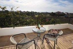 Балкон. Кипр, Центр Айя Напы : Уютная вилла с зеленым двориком и барбекю, 3 спальни, 3 ванные комнаты, парковка, Wi-Fi