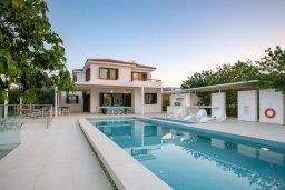 Фасад дома. Кипр, Санрайз Протарас : Роскошная вилла с бассейном и зеленой территорией, 4 спальни, 4 ванные комнаты, барбекю, бильярд, парковка, Wi-Fi