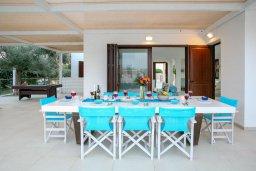 Обеденная зона. Кипр, Санрайз Протарас : Роскошная вилла с бассейном и зеленой территорией, 4 спальни, 4 ванные комнаты, барбекю, бильярд, парковка, Wi-Fi