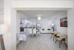 Гостиная. Кипр, Ларнака город : Современный апартамент с гостиной, отдельной спальней и балконом, расположен всего в 150 метрах от пляжа Finikoudes Beach