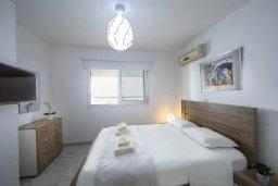 Спальня. Кипр, Ларнака город : Современный апартамент с гостиной, отдельной спальней и балконом, расположен всего в 150 метрах от пляжа Finikoudes Beach