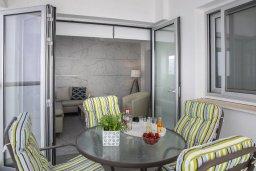 Балкон. Кипр, Ларнака город : Современный апартамент с гостиной, отдельной спальней и балконом, расположен всего в 150 метрах от пляжа Finikoudes Beach