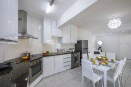 Кухня. Кипр, Ларнака город : Современный апартамент с гостиной, отдельной спальней и балконом, расположен всего в 150 метрах от пляжа Finikoudes Beach