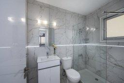 Ванная комната. Кипр, Ларнака город : Современный апартамент с гостиной, отдельной спальней и балконом, расположен всего в 150 метрах от пляжа Finikoudes Beach