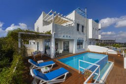 Фасад дома. Кипр, Паралимни : Роскошная просторная вилла с видом на море в традиционном греческом стиле, с 3-мя спальнями, 2 ванными комнатами, бассейном, тенистой террасой с патио и барбекю, а также солярием на крыше