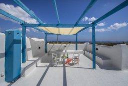 Терраса. Кипр, Паралимни : Роскошная просторная вилла с видом на море в традиционном греческом стиле, с 3-мя спальнями, 2 ванными комнатами, бассейном, тенистой террасой с патио и барбекю, а также солярием на крыше