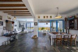 Гостиная. Кипр, Паралимни : Роскошная просторная вилла с видом на море в традиционном греческом стиле, с 3-мя спальнями, 2 ванными комнатами, бассейном, тенистой террасой с патио и барбекю, а также солярием на крыше