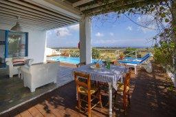Патио. Кипр, Паралимни : Роскошная просторная вилла с видом на море в традиционном греческом стиле, с 3-мя спальнями, 2 ванными комнатами, бассейном, тенистой террасой с патио и барбекю, а также солярием на крыше