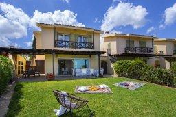 Фасад дома. Кипр, Пернера : Прекрасная вилла с потрясающим видом на море, с 4-мя спальнями, 2-мя ванными комнатами, зелёным двориком, тенистой террасой с патио и барбекю, расположена в в 50 метрах от пляжа