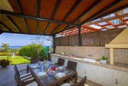 Обеденная зона. Кипр, Пернера : Прекрасная вилла с потрясающим видом на море, с 4-мя спальнями, 2-мя ванными комнатами, зелёным двориком, тенистой террасой с патио и барбекю, расположена в в 50 метрах от пляжа