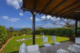 Патио. Кипр, Пернера : Прекрасная вилла с потрясающим видом на море, с 4-мя спальнями, 2-мя ванными комнатами, зелёным двориком, тенистой террасой с патио и барбекю, расположена в в 50 метрах от пляжа