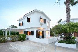 Фасад дома. Кипр, Каво Марис Протарас : Прекрасная вилла с 3-мя спальнями, 2-мя ванными комнатами, с зелёным садом, тенистой террасой с патио и барбекю,   расположена всего в 5 минутах ходьбы от живописного пляжа Green Bay Beach